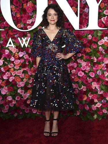 Tatiana Maslany posa con un diseño de Zac Posen en los Premios Tony 2018
