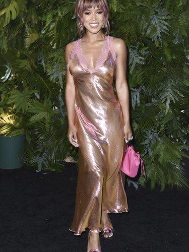 Serayah McNeill con un vestido lencero dorado en el evento 'Vanity Fair X Max Mara'