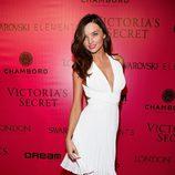 Miranda Kerr con vestido blanco de cuello pico