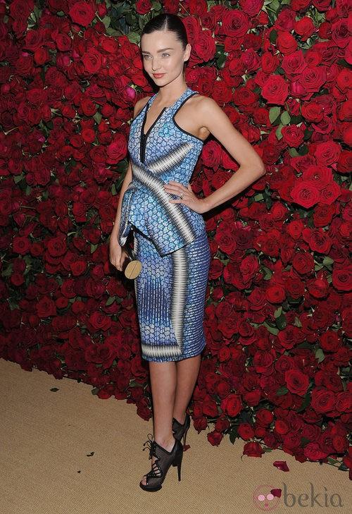 Miranda Kerr con un vestido estampado en azul