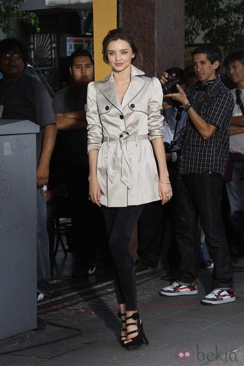 Miranda Kerr con leggins y gabardina