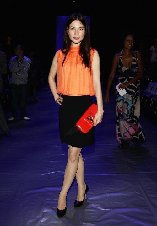 Nora von Waldstaetten con un modelo en negro y naranja
