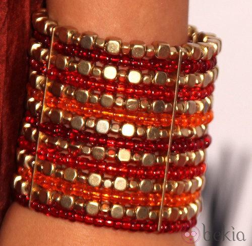 Detalles de pulseras naranjas de cristales de colores