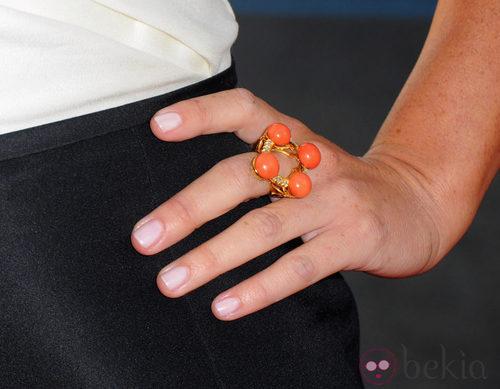 Detalle de anillo naranja con 4 piedras