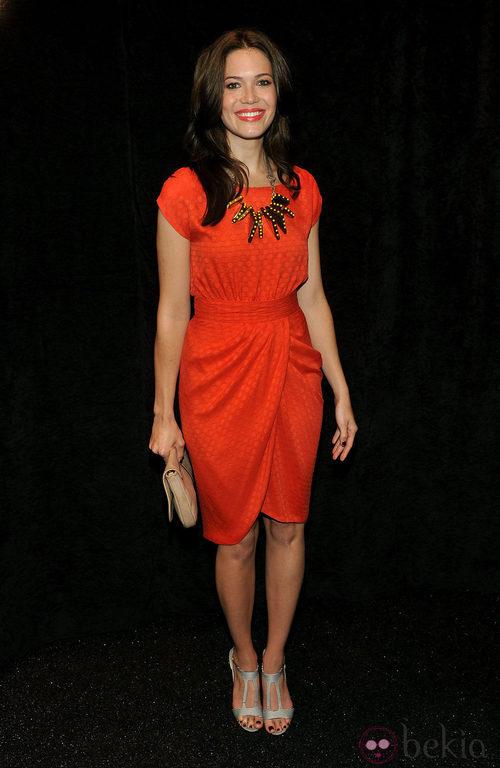 Mandy Moore con un vestido naranja de corte tulipán