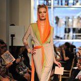 Modelo de Jean Paul Gaultier con look naranja