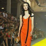 Modelo de Sonia Rykiel en naraja con rayas negras