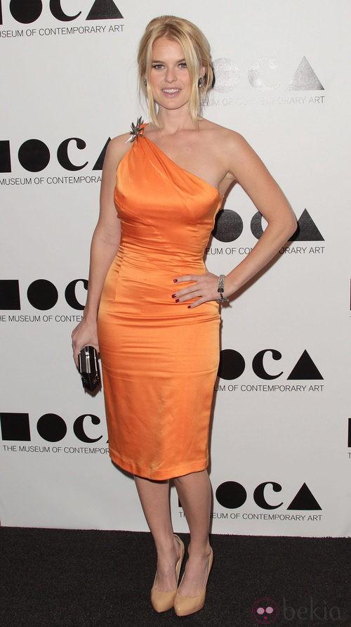 Alice Eve con un total orange look