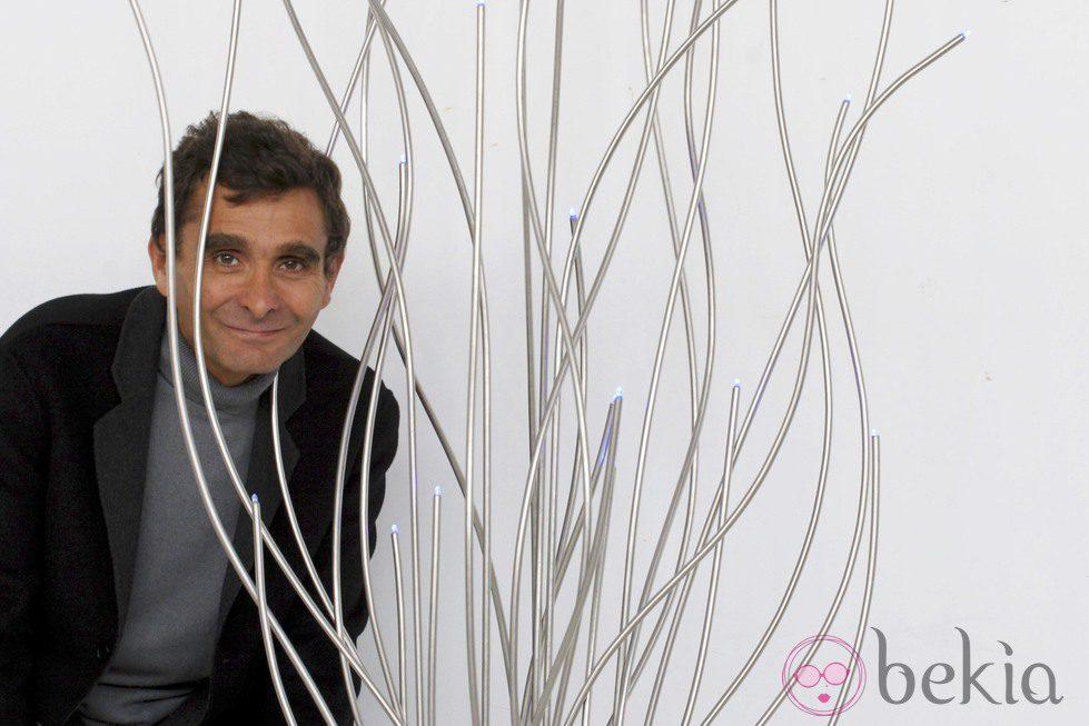 Adolfo Domínguez posa muy divertido