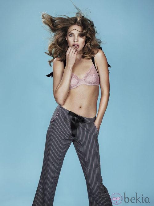 Natalia Vodianova con sujetador y pantalón de pijama