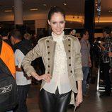 Coco Rocha con leggins de cuero y camisa de chorreras
