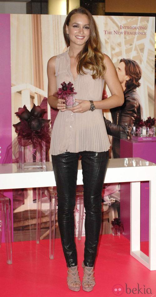 Leighton Meester con pantalón de cuero y camisa sesentera