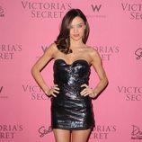 Miranda Kerr con minivestido de cuero con escote corazón