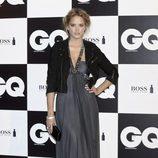 Alba Carrillo con vestido de fiesta y chupa de cuero