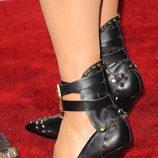 Detalle de zapatos de punta de cuero negros