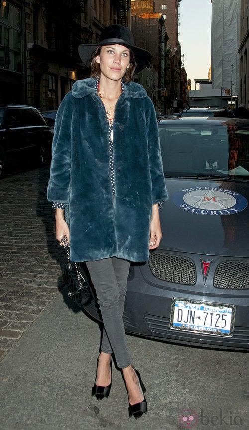 Alexa Chung con pitillos grises y abrigo azul de piel
