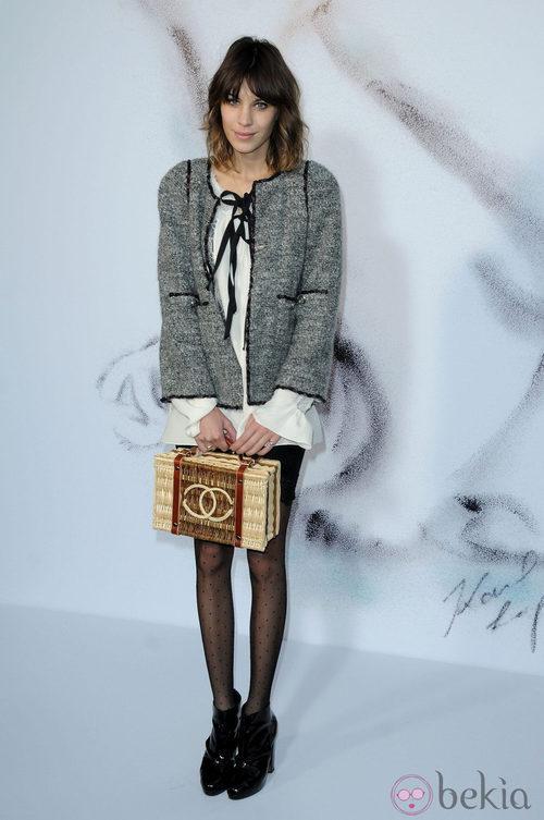 Alexa Chung con chaqueta y bolso cesta de Chanel