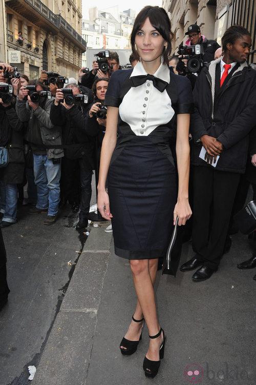 Alexa Chung con vestido de corte recto estilo masculino
