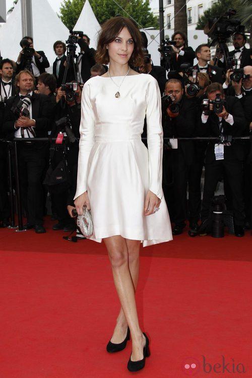 Alexa Chung con vestido de vuelo blanco brillante