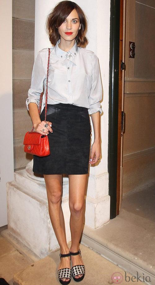 Alexa Chung con falda tubo y camisa masculina