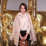 Alexa Chung con pitillo negro y abrigo beige