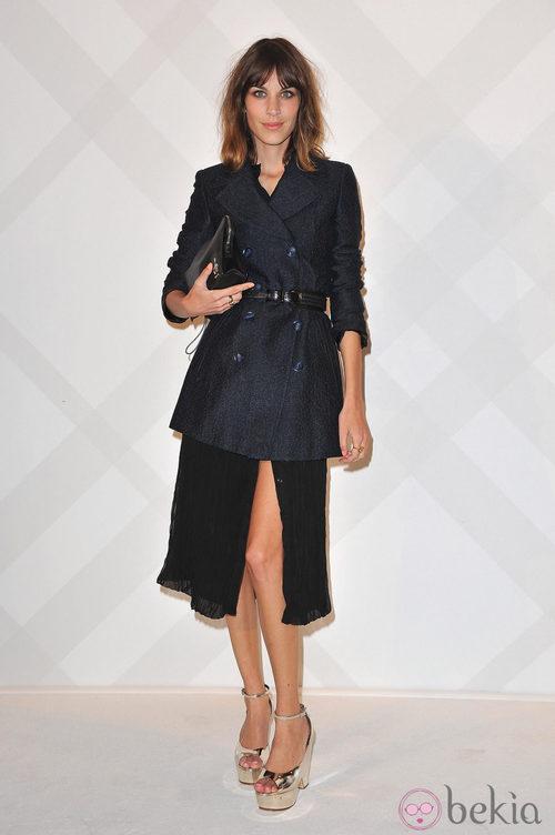 Alexa Chung con falda plisada y chaqueta tweed