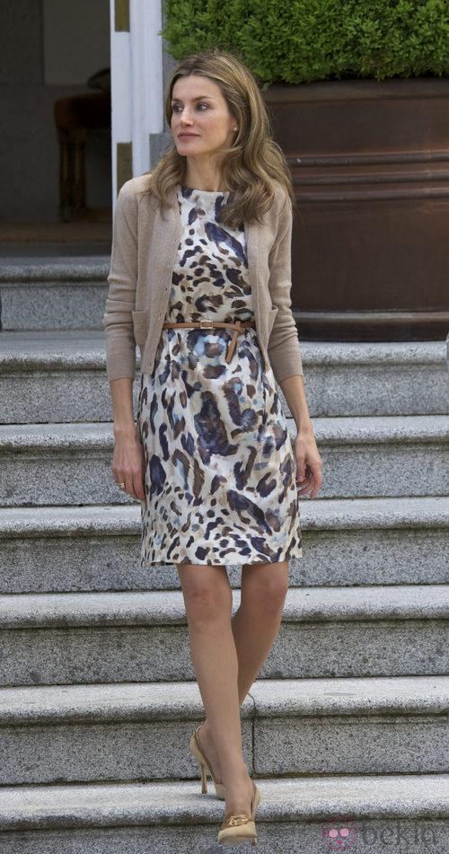 Letizia Ortiz con vestido cóctel estampado