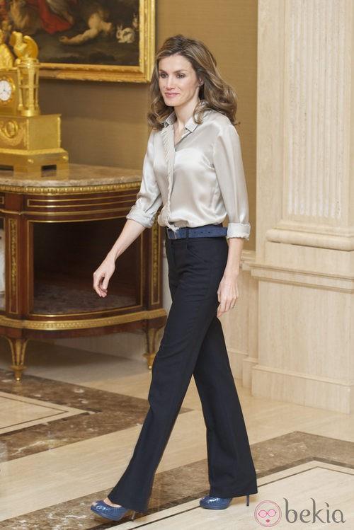 Letizia Ortiz con pantalón de pinzas y camisa champán