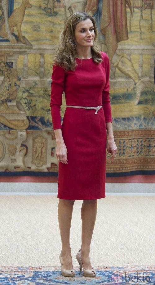 Letizia Ortiz con vestido de cóctel rojo con mangas