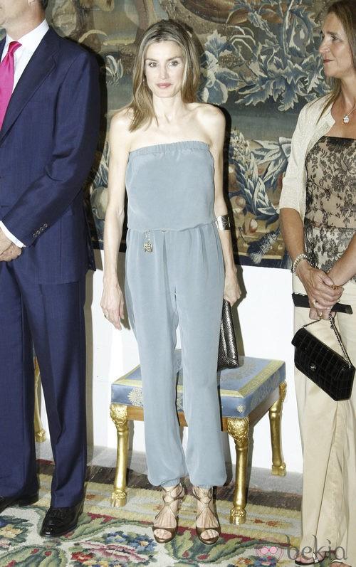 Letizia Ortiz con jumpsuit gris
