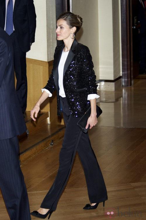 Letizia Ortiz con traje chaqueta negro y blazer grlitter
