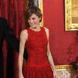 Letizia Ortiz con vestido de gala en rojo