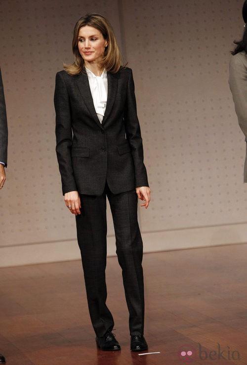 Letizia Ortiz con traje chaqueta negro