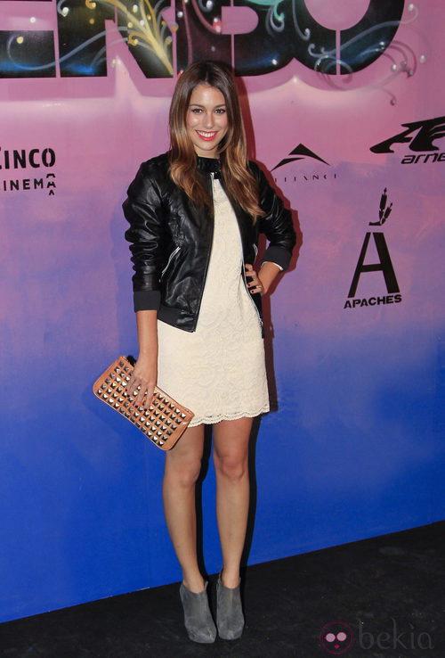 Blanca Suárez con vestido beige y chaqueta de cuero