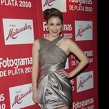 Blanca Suárez con minivestido asimétrico brillante