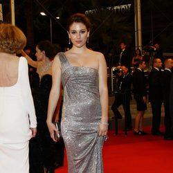 Blanca Suárez con vestido largo glitter escote de un hombro