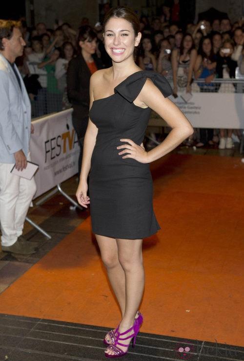 Blanca Suárez con vestido negro con lazo al hombro