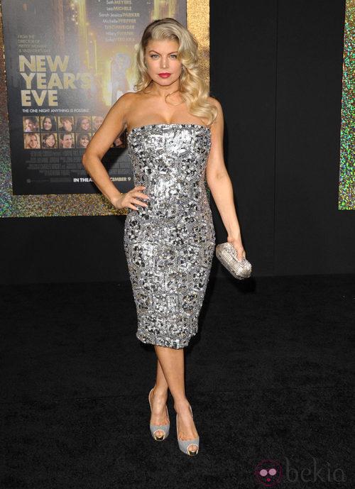 Fergie con vestido joya plateado