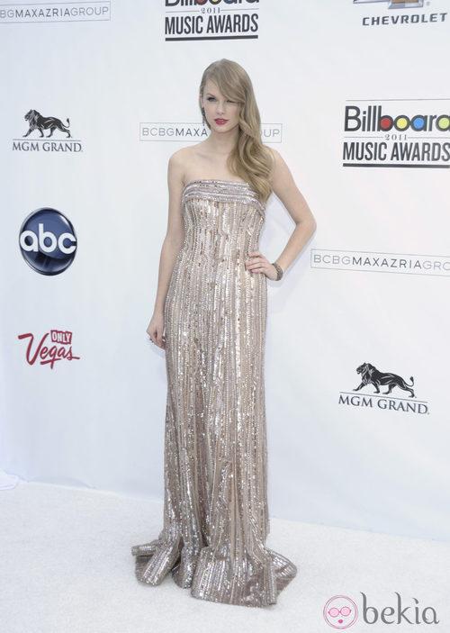 Taylor Swift con vestido beige con paillettes