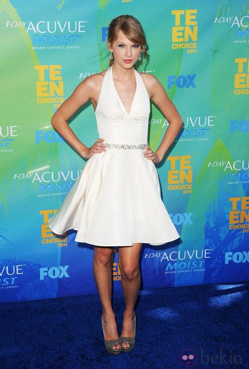 Taylor Swift con vestido blanco y cuello halter