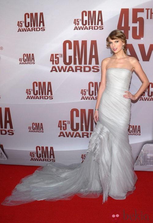 Taylor Swift, impresionante con vestido blanco de fiesta