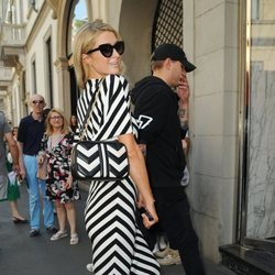 Paris Hilton pasea por Milán con un maxi vestido estampado