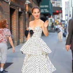 Natalie Portman con un vestido de volantes en el programa 'The Late Show'