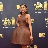Zendaya con un vestido marrón en los Premios MTV Movie 2018