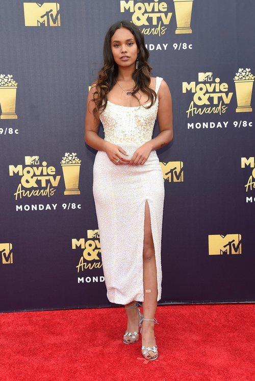Alisha Boe con un vestido blanco en los Premios MTV Movie 2018
