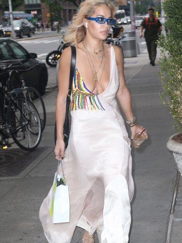 Rita Ora con un vestido bohemio por Nueva York 2018