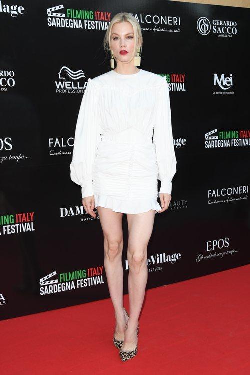 Sylvia Hoeks con un vestido blanco en el Festival de Cine de Sardegna 2018