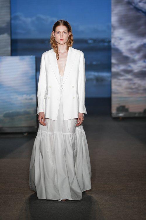 Vestido blanco largo de TCN primavera/verano 2019 en la 080 Barcelona Fashion Week