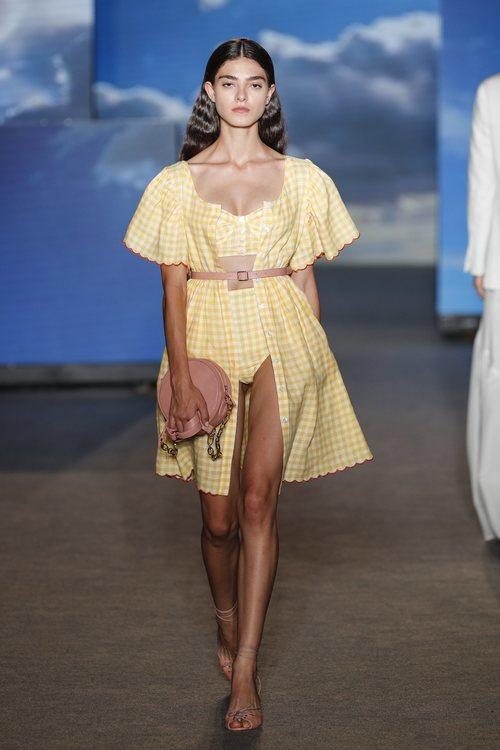 Vestido de cuadros amarillo de TCN primavera/verano 2019 en la 080 Barcelona Fashion Week