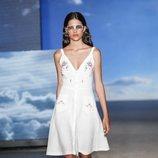 Vestido blanco de TCN primavera/verano 2019 en la 080 Barcelona Fashion Week